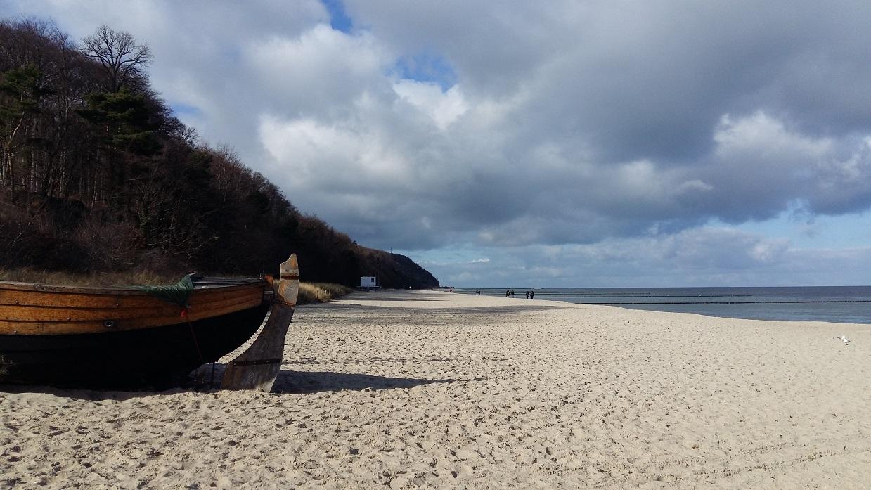 Una pittoresca spiaggia sull'isola di Usedom in inverno