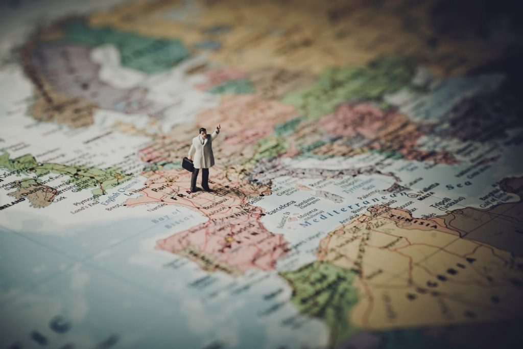 Genitori viaggio cc0 http://www.slon.pics/shop/miniature-businessman-map-europe/