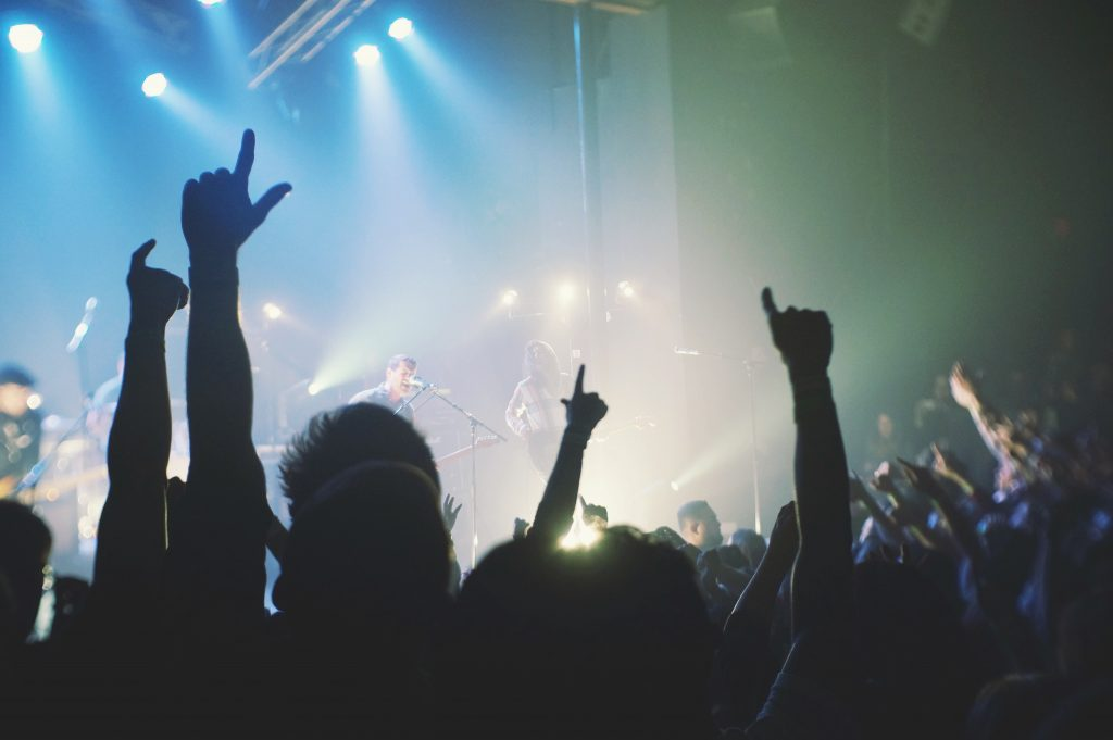 © Desi Mendoza, Hands uo in the air at a rock concert, BY-SA CC 0.0