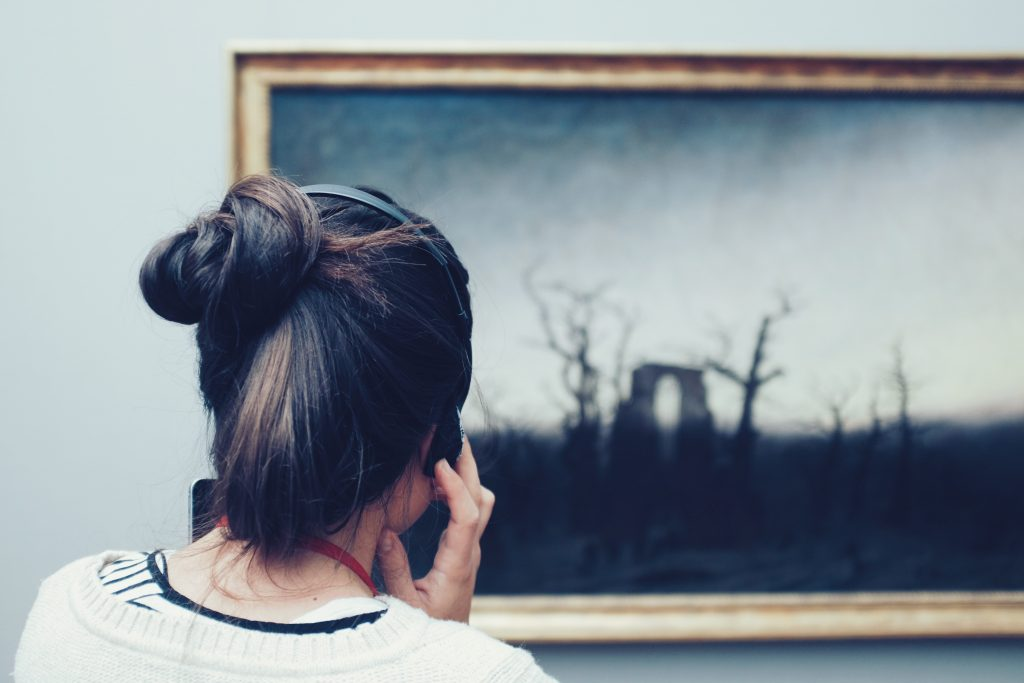 Foto di copertina: © Mike Kotsch, Woman on a museum audio tour looking at a painting and listening through headphones, BY-SA CC 0.0 La lunga notte dei musei
