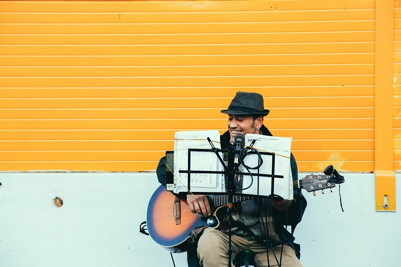 © Dewet Willemse, A man playing music outside, BY-SA CC 0.0