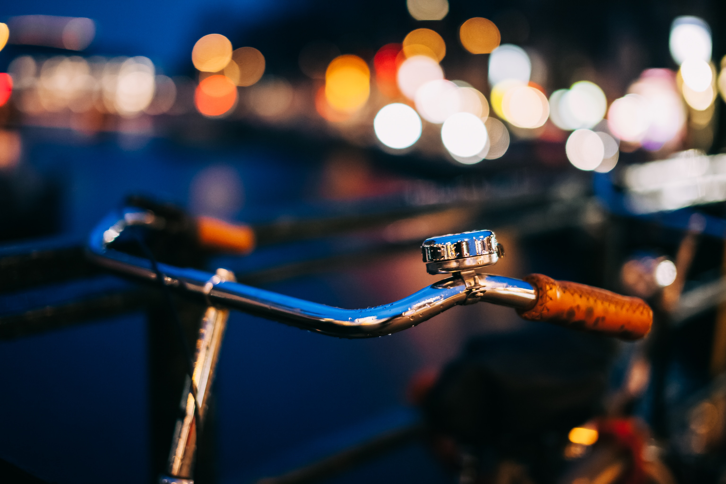 © Oleksii Khodakivskiy, Vintage bicycle handlebars with a retro bike bell parked on the city, BY-SA CC 0.0
