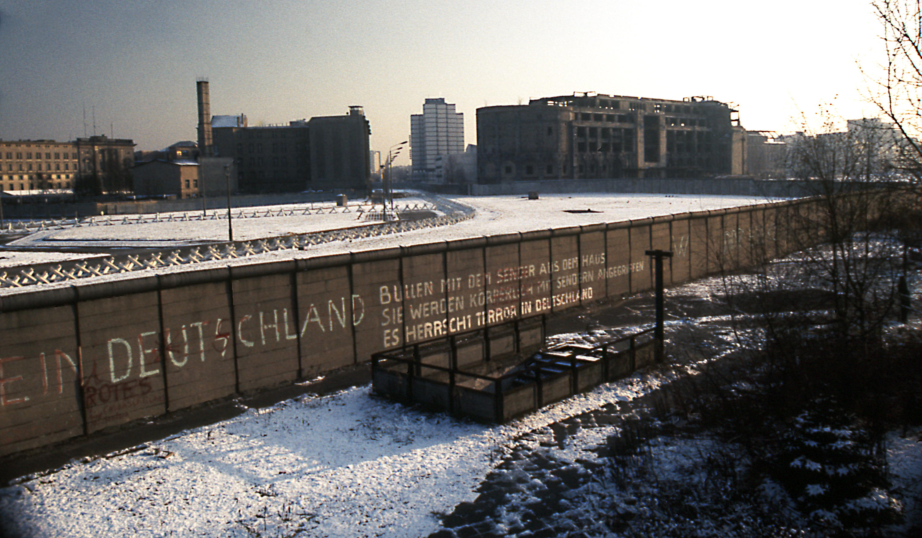 ©Edward Valachovic, Berlin Wall Postdamer Platz November 1975 looking East, CC BY 2.0