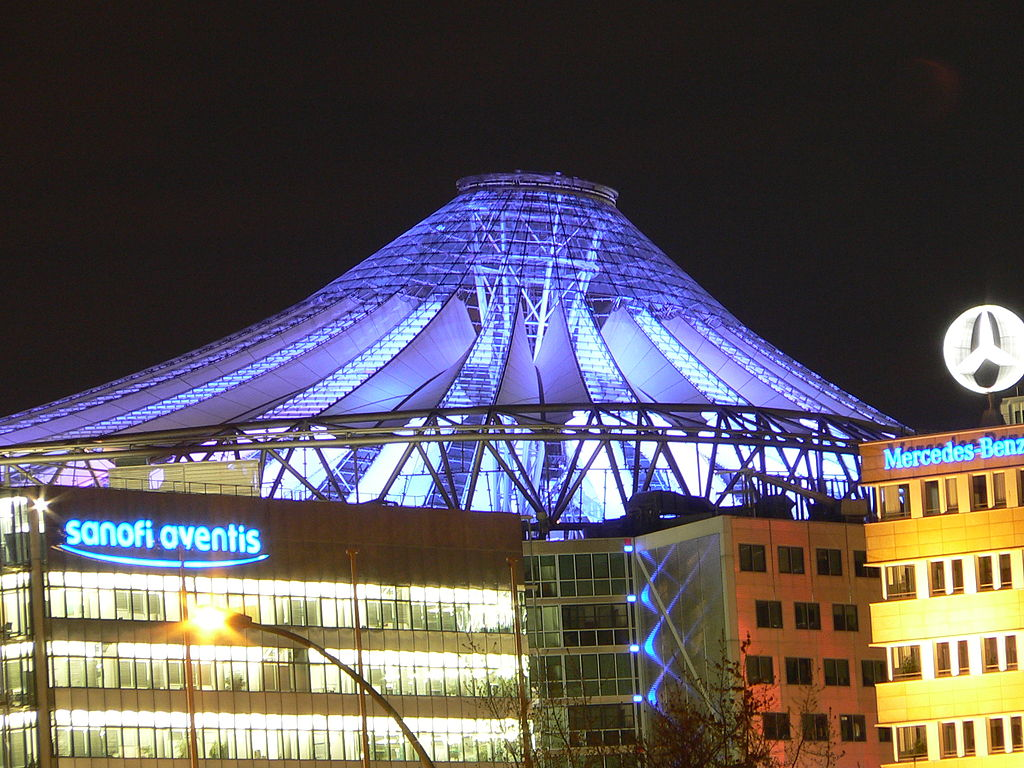 Il Sony Center e la sua illuminazione notturna - Foto di Florian Lindner - ©CC 2.5https://de.wikipedia.org/wiki/Sony_Center#/media/File:Sony_Center_Berlin.jpg