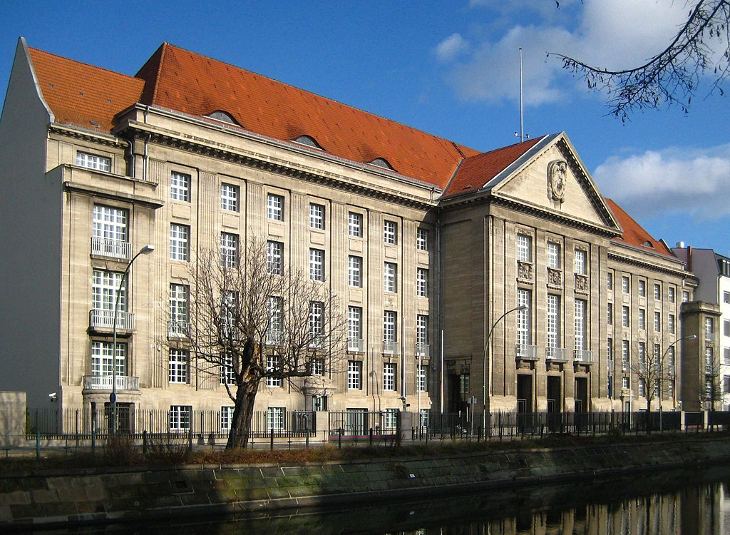 Il Bendlerblock ©Jörg Zagel-CC BY-SA3.0https://en.wikipedia.org/wiki/Bendlerblock#/media/File:Berlin,_Tiergarten,_Reichpietschufer,_Bendler-Block_02.jpg