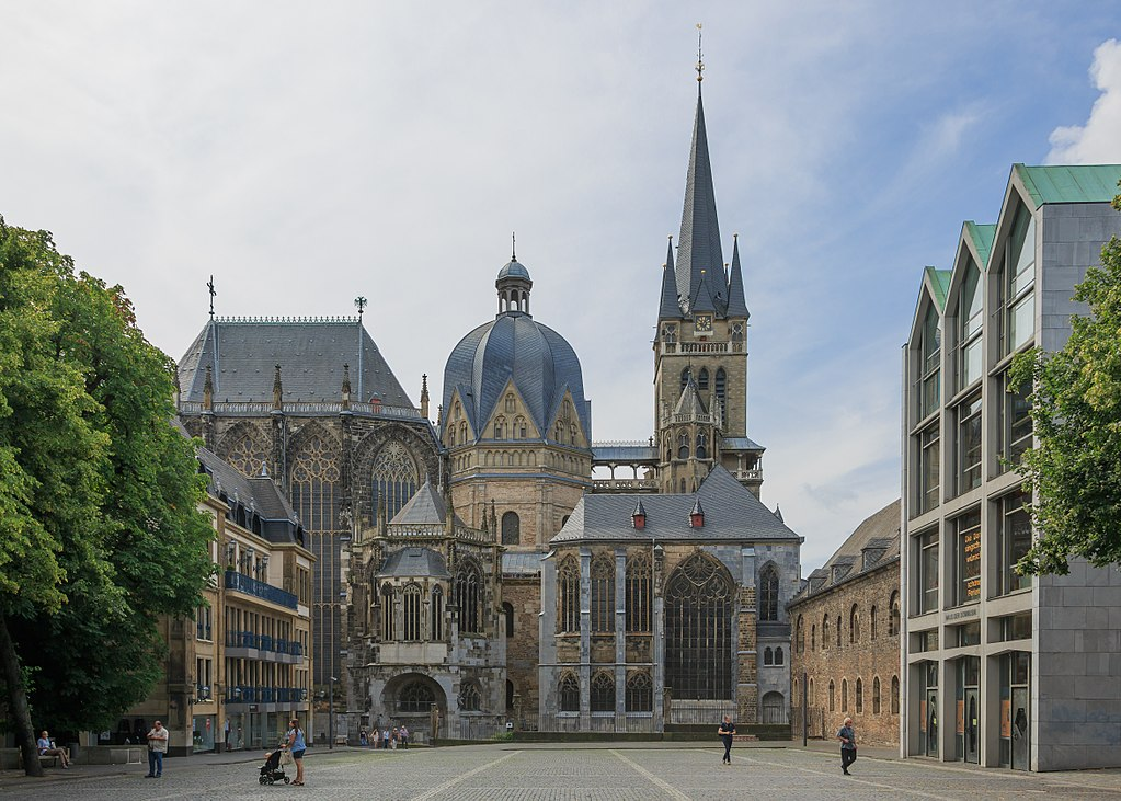 Cattedrale di Aquisgrana ©CEphoto, Uwe Aranas CC BY-SA 3.0https://it.wikipedia.org/wiki/Cattedrale_di_Aquisgrana#/media/File:Aachen_Germany_Imperial-Cathedral-01.jpg