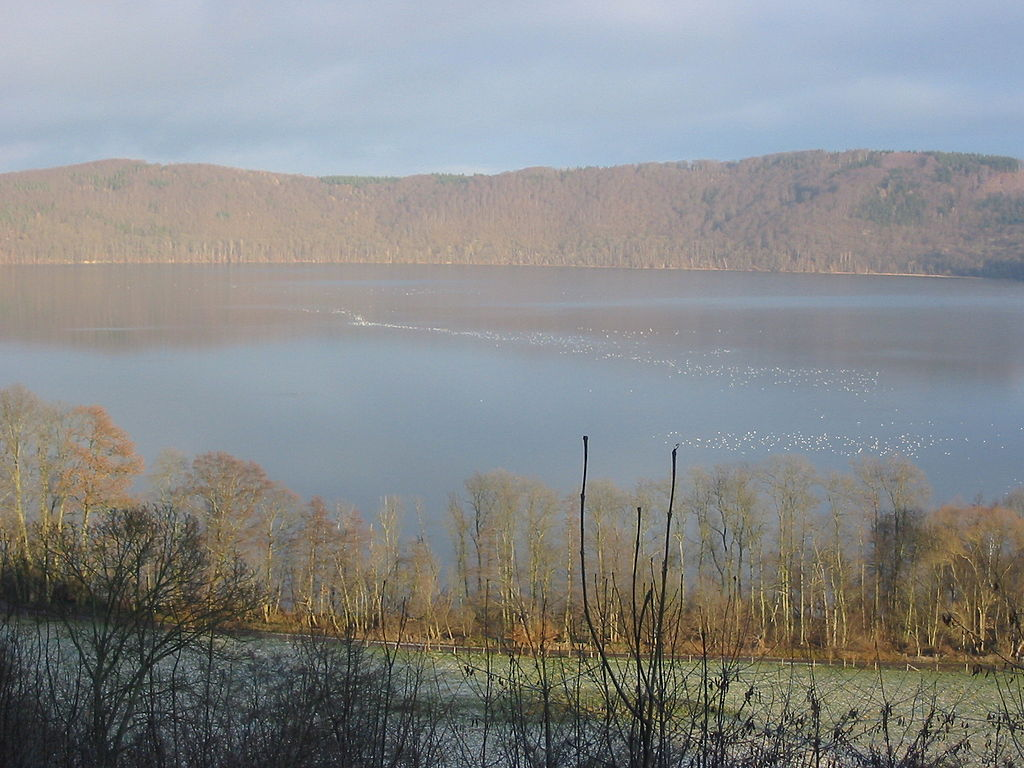Uno dei Maar all'interno del parco Eifel ©Donar Reiskoffer CC BY-SA 3.0https://it.wikipedia.org/wiki/Eifel#/media/File:Maria_Laach_Lake.JPG