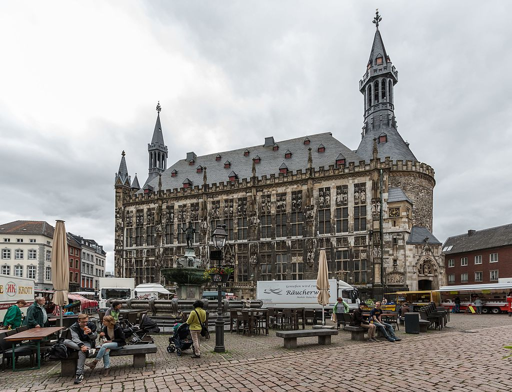 Il Municipio di Aquisgrana © Dietmar Rabich - CC BY-SA 4.0https://it.wikipedia.org/wiki/Municipio_di_Aquisgrana#/media/File:Aachen,_Rathaus_--_2016_--_2772.jpg