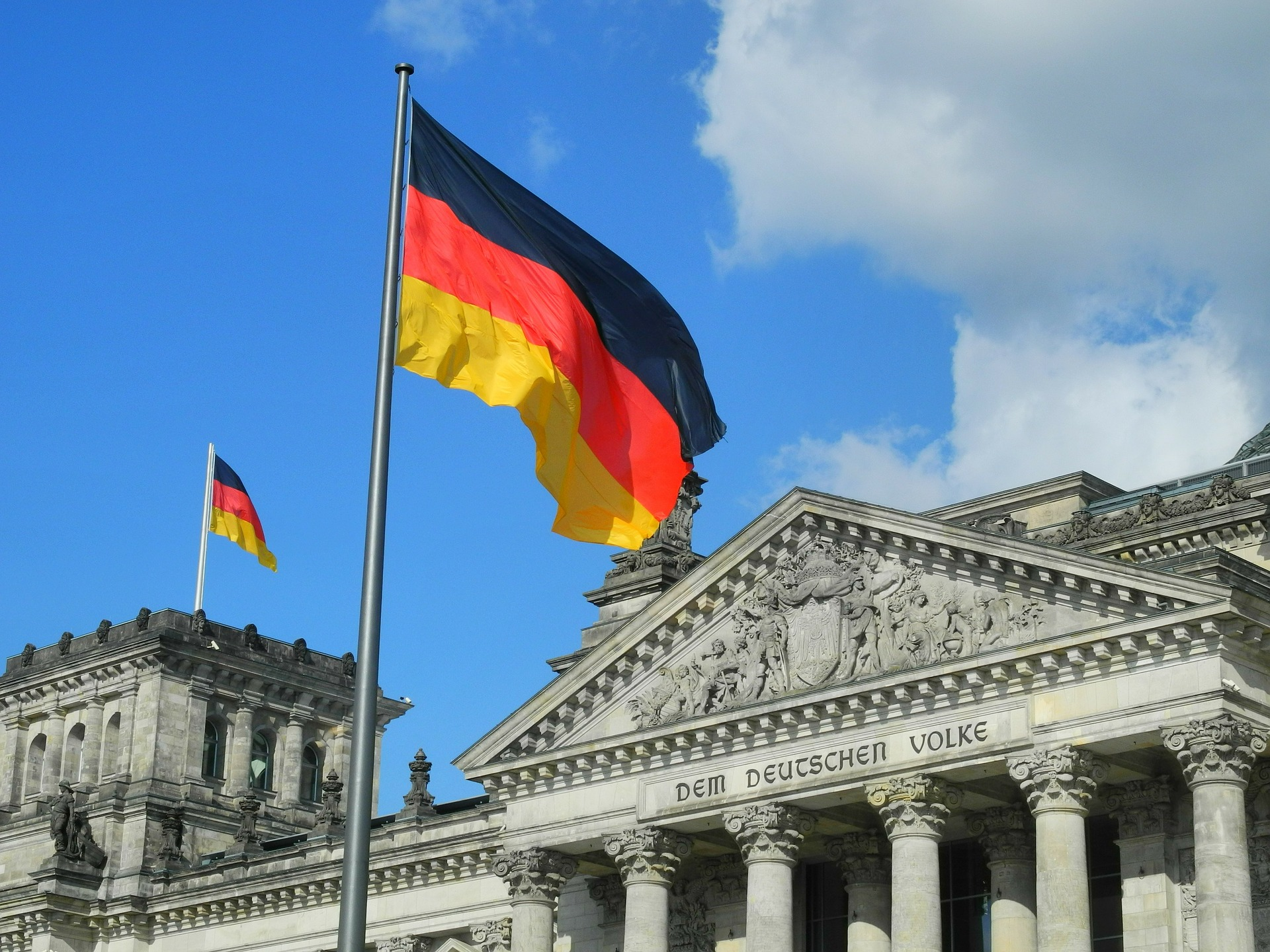 bandiera tedesca https://pixabay.com/it/reichstag-il-volke-tedesco-germania-324982/ ©karlherl CC0
