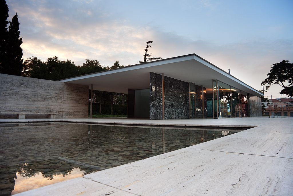 Il Padiglione Barcellona creato da Mies Van der Rohe e Lilly Reich ©Ashley Pomeroy CC BY 3.0https://it.wikipedia.org/wiki/Padiglione_di_Barcellona#/media/File:The_Barcelona_Pavilion,_Barcelona,_2010.jpg