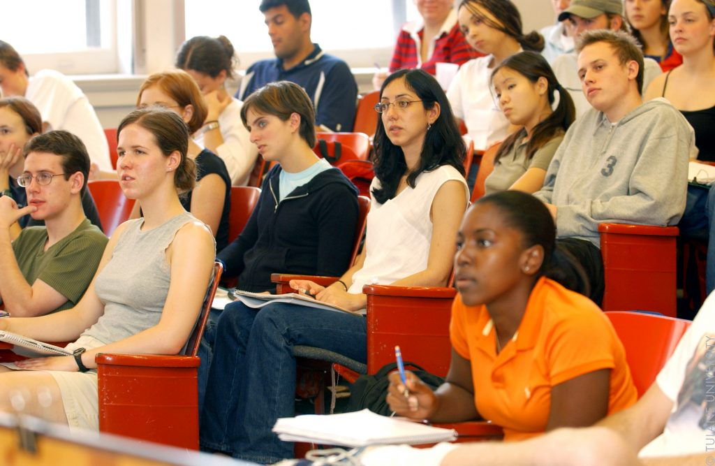 Studenti in classe ©Tulane Public Relations CC BY-SA 2.0 https://commons.wikimedia.org/wiki/File:Student_in_Class_(3618969705).jpg
