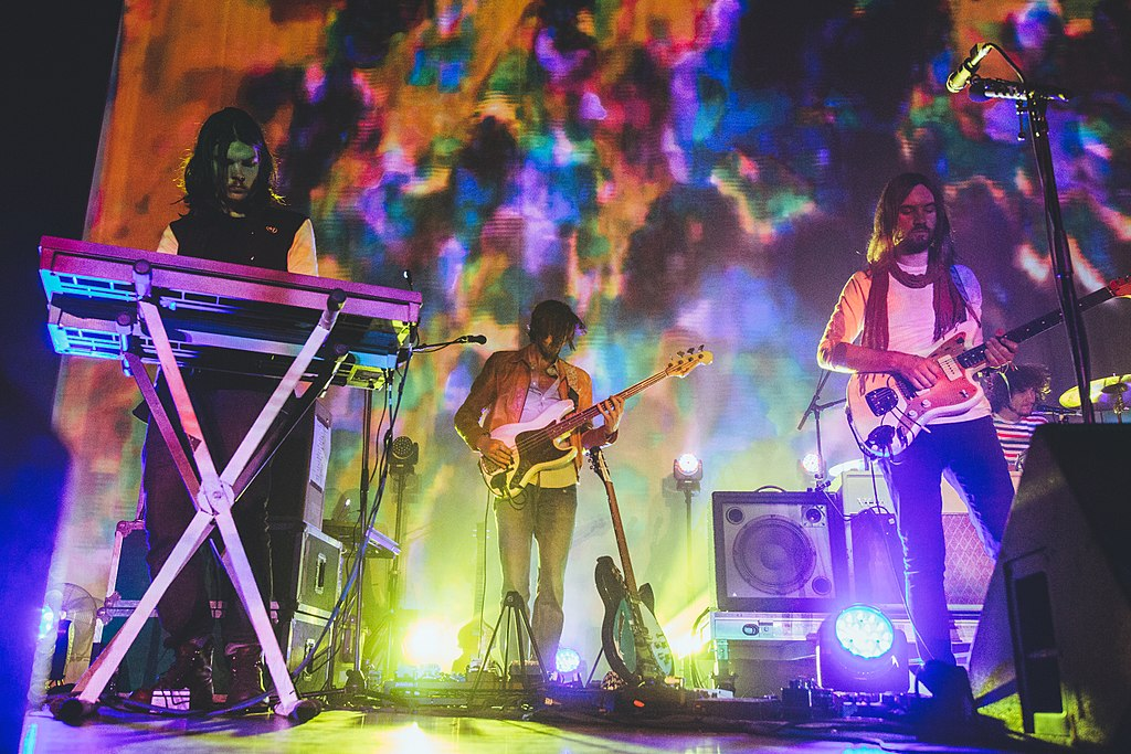 Tame Impala in concerto ©Abbi Gillardi - CC BY-SA 2.0 https://en.wikipedia.org/wiki/Tame_Impala#/media/File:Tame_Impala-3760_(18222291464).jpg