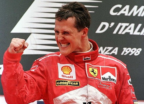 Schumacher, https://it.wikipedia.org/wiki/File:Michael_Schumacher_(Ferrari)_-_GP_d%27Italia_1998.jpg, Michael Cooper / ALLSPORT, pubblico dominio