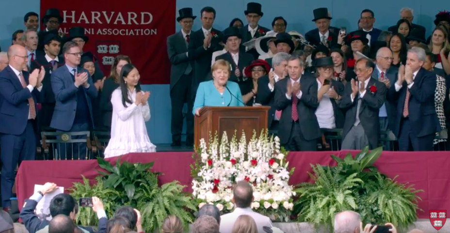 Angela Merkel ad Harvard, Screenshot da YouTube, https://www.youtube.com/watch?v=9ofED6BInFs