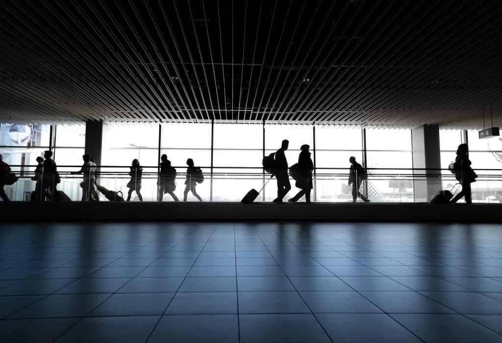 Aeroporto, Skitterphoto, https://pixabay.com/it/photos/aeroporto-persone-a-piedi-in-attesa-4120835/, CC0