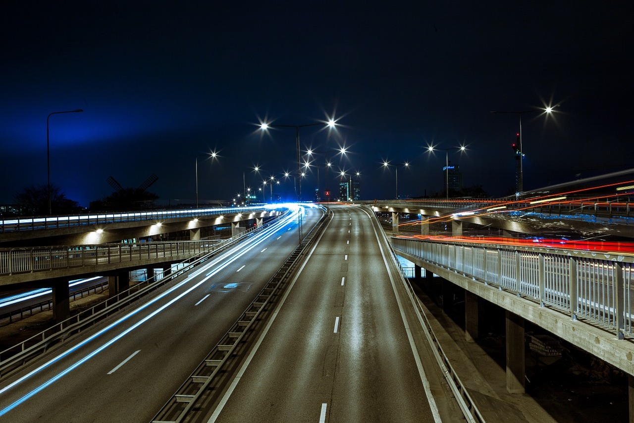 Autostrada, https://pixabay.com/it/photos/interstatale-notte-strada-citt%C3%A0-1149592/, Free-Photos, CC0