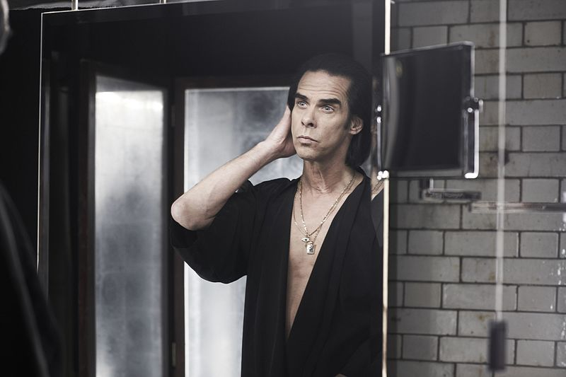 Nick Cave ©Amelia Troubridge CC BY-SA 4.0 da Wikipedia https://commons.wikimedia.org/wiki/File:Nick_Cave_by_Amelia_Troubridge.jpg