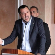 Salvini, screenshot da Flickr, https://www.flickr.com/photos/ondanews/46593539914/in/photolist-2dZj585-2fGEx6s-2ezxQhs-TD2Gxj-TD2med-2fGE5SL-2fGE2X7-2ezxSNE-25aGZTD-2ezydPG-S1MoRi-25b8YvP-25b8Ywv-2ezYBdw-2fH6kFy-2fH6kEw-25b8YxT-2eoJnf6-25b8Yx2-2ezYBe3-2fH6kFJ-2fH6kF3-25b8YyK-25b8Yxn-25b8YwR-25b8Yyp-2fH6kEG-S2cwFZ-25b8Yye-S2cwFP-2ekCDW1-j9z3fD-2fR9CWv-25ees2c-o8HnGa-SMKU6f-rpkNcL-omKQBc-scMnq6-T9gPs7-2dVubEZ-Ry1scn-SRwPy1-jLvpyT-pZrFex-29kD6ru-qRFQii-28M6vCs-Tb9iBh-2edstXq.