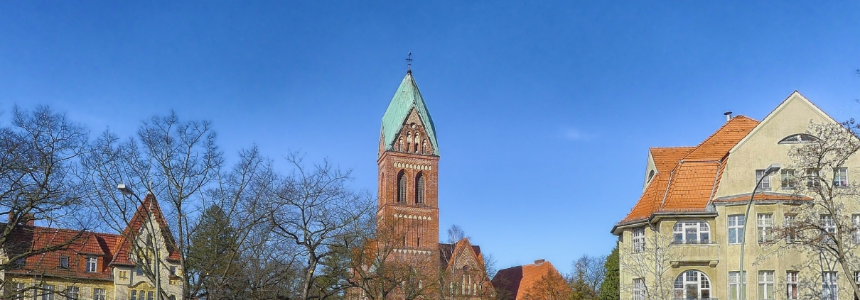 Berlin-zehlendorf, user:12019, https://pixabay.com/it/photos/berlino-zehlendorf-germania-chiesa-169798/ CC0