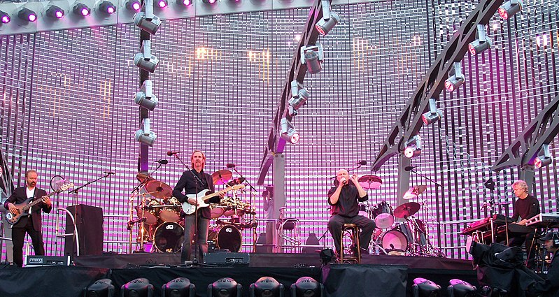I Genesis all'Old Trafford nel 2007 da Wikipedia CC0https://de.wikipedia.org/wiki/Datei:Genesis_Live_01.jpg