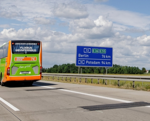 flixbus, SofiLayla / 1086 immagini, https://pixabay.com/it/photos/autostrada-flixbus-bus-strada-3174885/ CC0