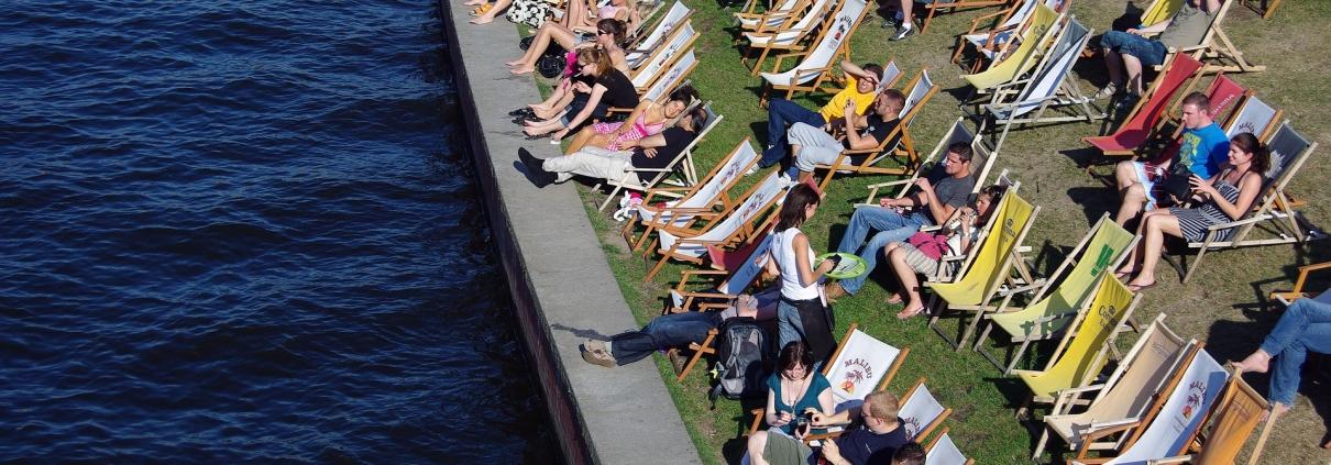 estate,karstenlamprecht, CC0 https://pixabay.com/it/photos/estate-relax-umano-giovani-4172133/