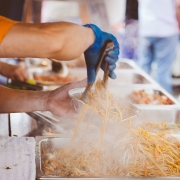 Street food, © pexels, https://pixabay.com/it/photos/cucina-folla-cibo-caldo-uomo-1835370/ CC0