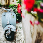 vespa, ©davide ragusa, https://unsplash.com/photos/qugoGp8XK3c