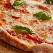 Pizza C Petrovhey Pixabay https://pixabay.com/it/photos/pizza-cibo-italia-3000274/