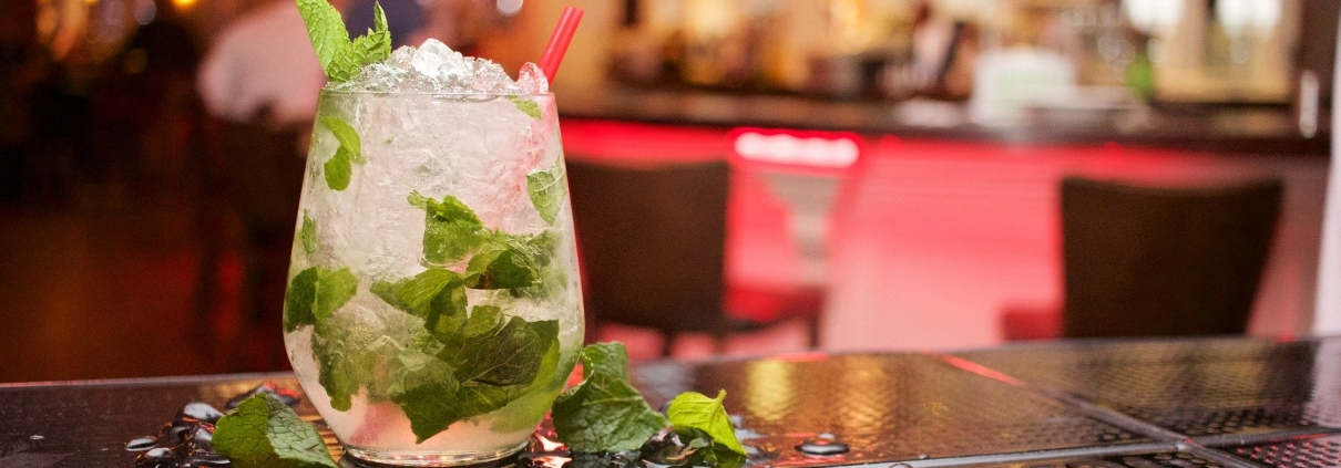 cocktail, ©StockSnap, https://pixabay.com/it/photos/mojito-cocktail-drink-bevande-698499/