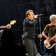 U2 live da Wikipedia CC BY-SA 4.0 https://en.wikipedia.org/wiki/The_Joshua_Tree_Tours_2017_and_2019#/media/File:U2_at_Bonnaroo_on_Joshua_Tree_Tour_2017_6-9-17.jpg