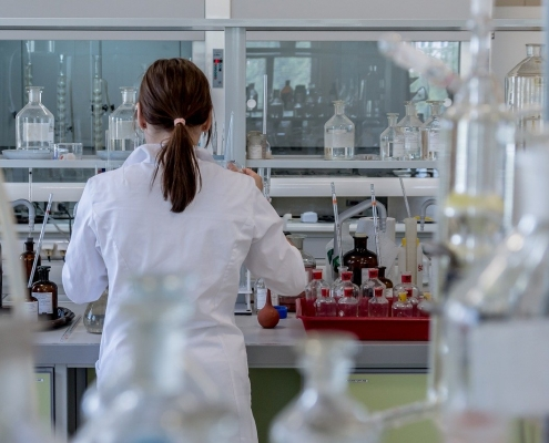 https://pixabay.com/de/photos/labor-analyse-chemie-forschung-2815641/