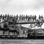 Il Cannone Grande Gustav Copyright Pat. W. Kohl da Wikipedia https://de.wikipedia.org/wiki/Eisenbahngesch%C3%BCtz#/media/Datei:274mm45_railroad_gun_captured_Apr1945.jpeg