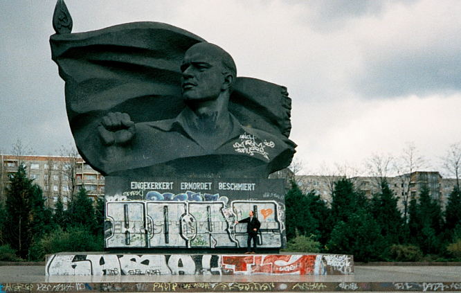 https://commons.wikimedia.org/wiki/File:Ernst-Thälmann-Park-april-1997.PNG