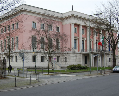 Ambasciata italiana a Berlino da Wikimedia Achim Raschka / CC-BY-SA-4.0 https://commons.wikimedia.org/wiki/File:Be_ItalianEmbassy_01.JPG