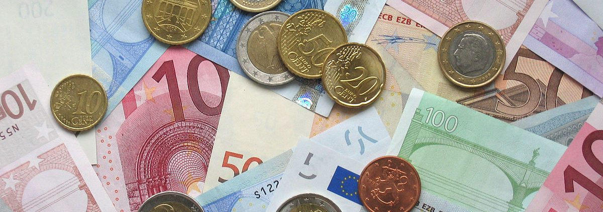 soldi https://commons.wikimedia.org/wiki/File:Euro_coins_and_banknotes.jpg Copyright Avij (talk · contribs)