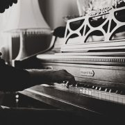 Foto di Pexels da Pixabay https://pixabay.com/it/photos/pianoforte-musica-classica-pianista-1846719/