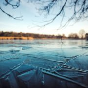 ghiaccio da Pixabay https://pixabay.com/photos/ice-lake-water-blur-nature-cold-3941906/