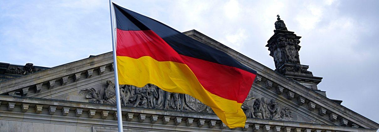 https://www.pexels.com/it-it/foto/bandiera-della-germania-davanti-all-edificio-109629/