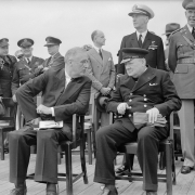 Il presidente Roosevelt e il primo ministro britannico Winston Churchill , 10 agosto 1941. Pubblico dominio, da Imperial War Museums- https://commons.wikimedia.org/wiki/File:President_Roosevelt_and_Winston_Churchill_seated_on_the_quarterdeck_of_HMS_PRINCE_OF_WALES_for_a_Sunday_service_during_the_Atlantic_Conference,_10_August_1941._A4815.jpg