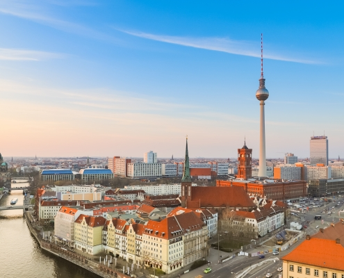 Berlino https://commons.wikimedia.org/wiki/File:Aerial_view_of_Berlin_%2832881394137%29.jpg Copyright: dronepicr CC BY 2.0