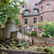 Gerbstedt, Castello di Mansfeld da Wikipedia Copyright Dguendel CC BY 3.0 https://commons.wikimedia.org/wiki/File:Gerbstedt,_the_model_of_the_Mansfeld_castle_in_front_of_the_manor_house-1.jpg