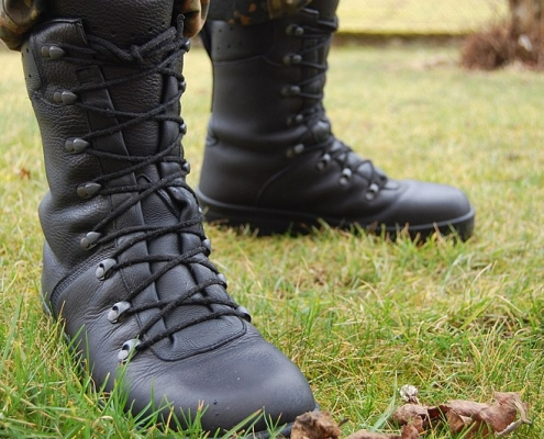 Soldato https://commons.wikimedia.org/wiki/File:Bundeswehr-Kampfstiefel_Modell_2007_DMS.jpg Copyright: Thyrael CC BY-SA 3.0