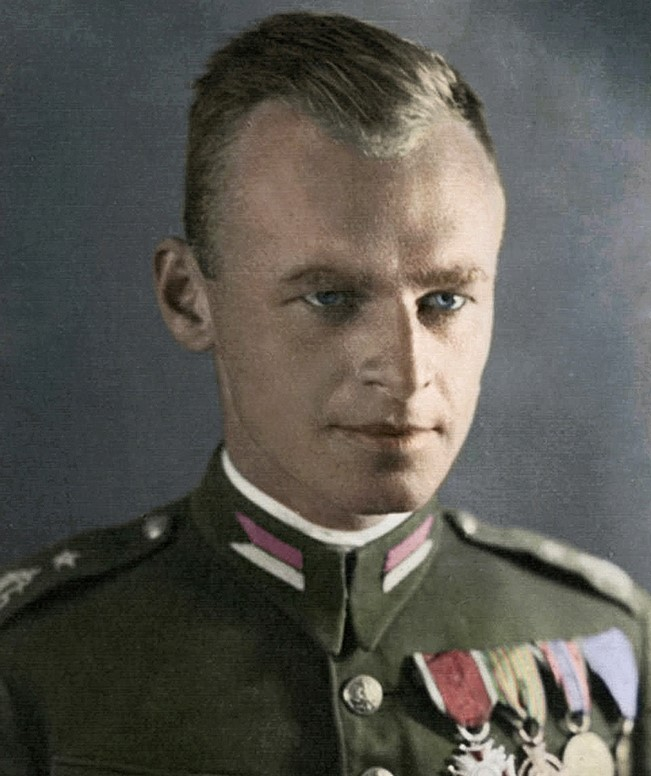 Witold Pilecki, CC0 Public Demain, https://it.wikipedia.org/wiki/Witold_Pilecki#/media/File:Witold_Pilecki_in_color.jpg
